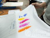 Белая куртка с логотипом в виде разноцветных мазков