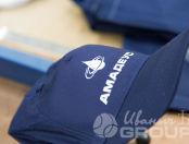 Синие бейсболки с логотипом «Амадеус»