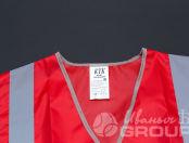 Красные сигнальные жилеты с надписью «ВЕНТИЛЯЦИЯ»