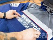 Сине-серые рабочие куртки с надписью «ПРОМСТРОЙ контракт»