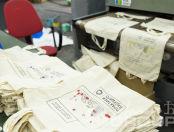 Бежевые холщевые сумки с принтом и надписью «Международная проектная школа ПРАКТИКИ БУДУЩЕГО»