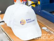Белые бейсболки с надписью и логотипом «ЮКИ Тайсэко»