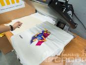 Белые футболки с изображением в виде бегущего человека