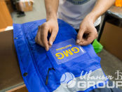 Синие рабочие куртки с надписью «GMG БелЧайна»