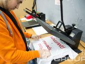 Печать надписей и картинок на одежде - фото с производства