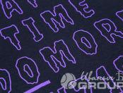 Фиолетовая футболка с текстом «2U SQUAd»