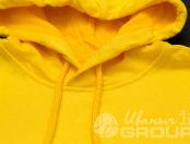 Желтая толстовка с картинкой «акула-баклажан»