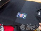 Черные футболки с надписью и логотипом «ЭНЕРГИЧНЫЕ КАДРЫ»
