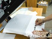 Белая футболка с текстом «2U SQUAd»