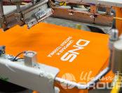 Оранжевые футболки-поло с логотипом «DNS»