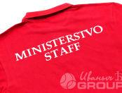 Красные футболки-поло с надписью «MINISTERSTVO STAFF»