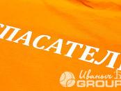 Оранжевые футболки с надписью «Спасатели»