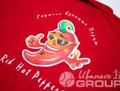Печать логотипа Red Hot Peppers на красных футболках-поло и кепках