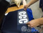 Сине-серые рабочие куртки с надписью «ССС»