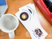 Белые кружки с изображением «Служу родному коллективу»