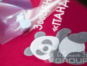 Красные футболки с лого и надписью «ЗООЦЕНТР ПАНДА»