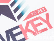 Белые футболки с логотипом «WEKEY»