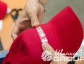 Красные бейсболки с надписью «FIRE WARDEN»