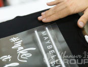 Черные футболки с логотипом и хештегом «#make it happen»