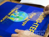 Синие футболки с рисунком и надписью «ВОЛОНТЕР - Первые шаги»