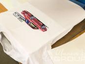 Белая футболка с рисунком красной машины и логотипом «Мустанг»