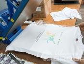 Белые футболки с изображением «Благотворительный сервис»