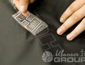 Черный крой плаща с надписью «HUMMER»