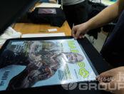 Черная футболка с изображением в виде обложки журнала