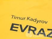 Желтые плащи с надписью «EVRAZ»