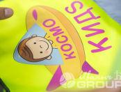 Желтые сигнальные жилеты с логотипом «КОСМО КИДС»