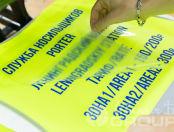 Желтые сигнальные жилеты с надписью «Служба носильщиков»