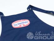 Синие фартуки с логотипом «Dr. Oetker»