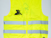 Печать рисунков, стилизованных под дорожные знаки, на желтых сигнальных жилетах