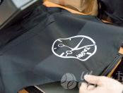 Черные фартуки с логотипом в виде циферблата и ножниц