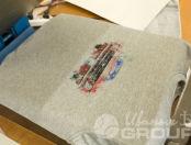 Серая толстовка с рисунком красной машины и логотипом «Мустанг»