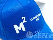 Синие бейсболки с логотипом и надписью «СК КВАДРАТНЫЙ МЕТР»