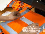 Оранжевые сигнальные жилеты с надписью «Новые технологии 825»