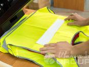 Желтые сигнальные жилеты с текстом «ООО СК Триумф»