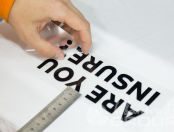 Белая футболка с надписью «are you insure»