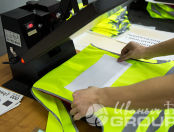 Желтые сигнальные жилеты с надпись «Электросетевая строительная Компания»