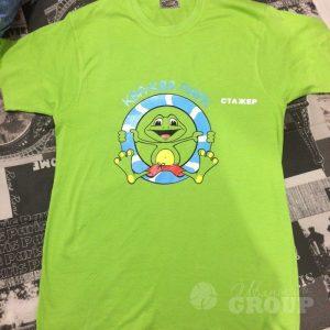 печать логотипа на футболке шолкографией